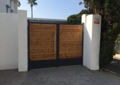 Puerta abatible forrada madera