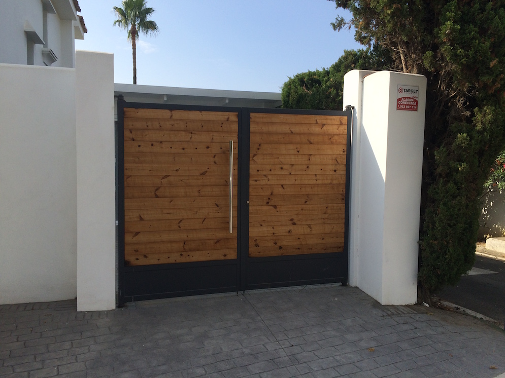 Puertas abatibles de madera best armario a medida con - Puerta plegable madera ...